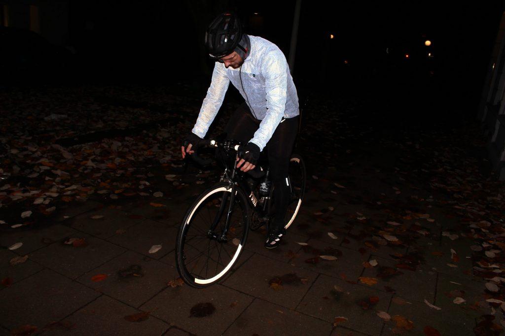 Safety first. Maximale Sichtbarkeit in der Dunkelheit ist das A und O beim fahren im Winter. Voll reflektierender Windbreaker (Biehler Wechselhaft)